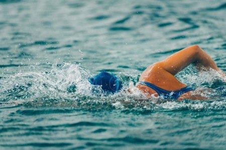 Photo pour Natation en eau libre. Plan d'action à grande vitesse, faible profondeur de champ, tonique . - image libre de droit