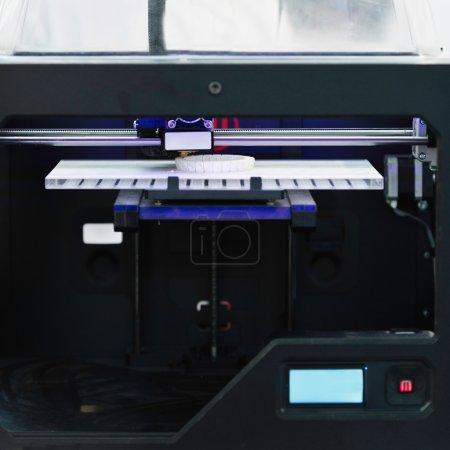 Photo pour Imprimante 3D de travail, impression d'équipement électronique - image libre de droit