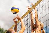 Mädchen spielen beach-volleyball