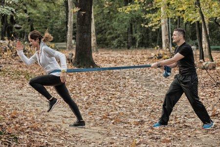 Photo pour Athlète en entraînement intensif avec bande de résistance - image libre de droit