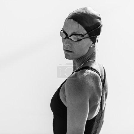 Photo pour Portrait noir et blanc de nageuse en lunettes - image libre de droit