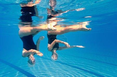 Photo pour Duo de natation synchronisée, vue sous l'eau - image libre de droit
