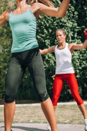 Photo pour Jeunes femmes au cours de la formation d'yoga en plein air - image libre de droit