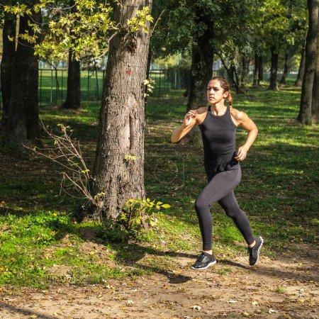 Photo pour 女运动员在公园慢跑 - image libre de droit