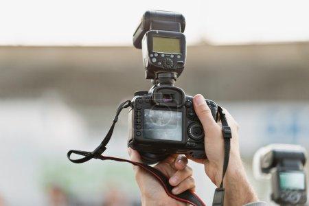 Photo pour Photographe en tenant l'appareil sur la Conférence de presse - image libre de droit