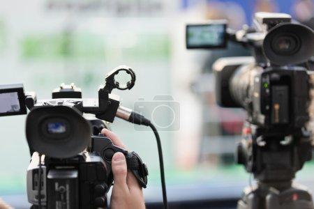 Photo pour Journaliste à la Conférence de presse d'enregistrement caméra - image libre de droit