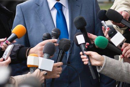Photo pour Entretien avec les médias - groupe de journalistes entourant un politicien - image libre de droit