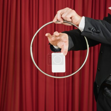Photo pour Tour de magie avec anneau et carte vierge, copie espace - image libre de droit