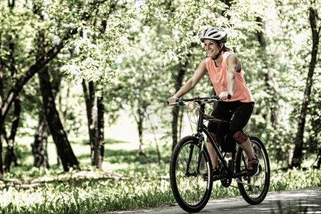 Photo pour Vélo jeune femme. Contraste élevé, une image désaturée - image libre de droit