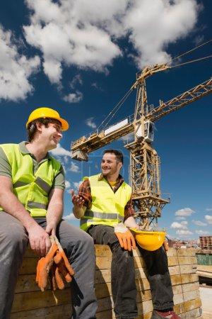 Photo pour Ouvriers masculins sur chantier - image libre de droit