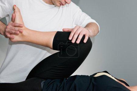 Photo pour Ajustement chiropratique - chiropraticien travaillant avec le patient - image libre de droit