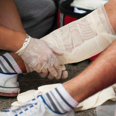 Photo pour Soins des blessures des jambes, avec des bandages. Mise au point sélective - image libre de droit