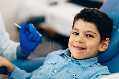 Foto de Dentista haciendo regular chequeo dental para niño. - Imagen libre de derechos