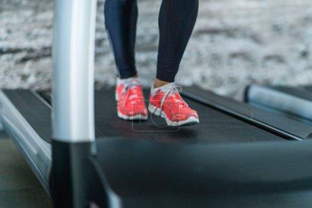Photo pour Femme qui court sur tapis roulant - image libre de droit