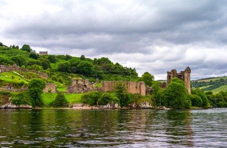 Photo pour Grande-Bretagne, Ecosse, Highlands, vue des ruines du château d'Urquhart sur le lac du Loch Ness. - image libre de droit