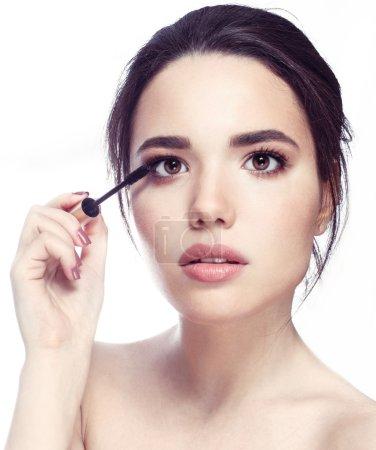 Photo pour Belle jeune femme maquillage mascara sur les yeux de brosse - image libre de droit
