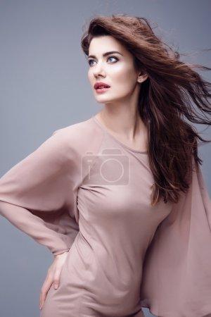 Photo pour High fashion look.glamor portrait de belle sexy élégant modèle de jeune femme blanche dans le tissu - image libre de droit