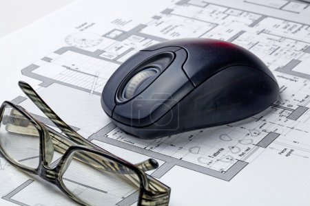 Photo pour Concept de conception immobilière avec lunettes et rendu informatique avec plan et souris d'ordinateur - image libre de droit