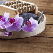 Zásobník s ručníkem a květiny pro masáže a relaxace