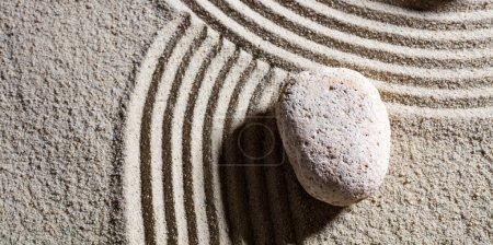Photo pour Zen sable-nature morte - une pierre à l'intersection des routes différentes pour le concept de changement ou de la flexibilité avec sérénité, vue de dessus - image libre de droit