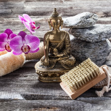 Photo pour Concept de traitement de beauté spa - symbole de désintoxication et de nettoyage pour la beauté intérieure avec Bouddha sur vieux bois, cailloux de texture grise et fond de fleur d'orchidée rose pour un décor zen authentique - image libre de droit