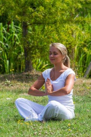 méditation en plein air - zen 20s fille blonde se revitaliser, environnement du parc