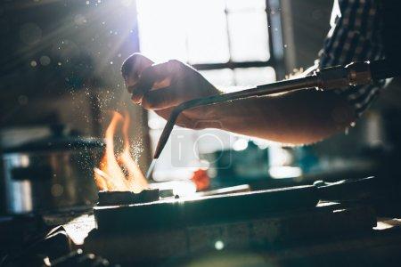 bijoutier à l'aide du chalumeau pour faire fondre le métal