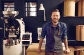 člověk pracující v coffee roastery