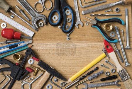 Photo pour Fête des pères heureux : outils, cœur du symbole, sur fond en bois. Concept de construction - image libre de droit