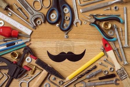 Photo pour Fête des pères heureux : outils, cœur de symbole, noir moustache de papier sur fond en bois. Concept de construction - image libre de droit