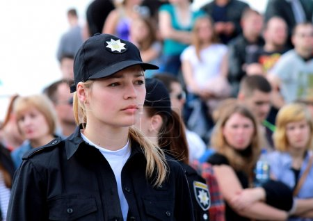 Photo pour Dnipropetrovsk (Dnipro, Dnipro), Ukraine, May 21.2016. Beautiful girl, a member of the patrol police on the city street/ - image libre de droit