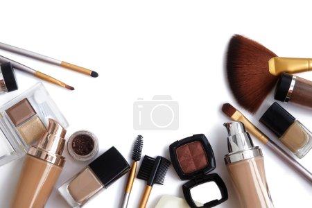Photo pour Outils de maquillage et d'accessoires. Sourcils ombre à paupières, Fondation de la peau naturel pour nettoyer ton visage, vernis à ongles, pinceaux à maquillage - image libre de droit