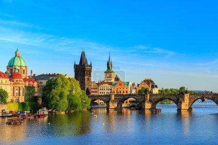 Photo pour Printemps Panorama de Prague depuis la colline de Prague avec le château de Prague, la rivière Vltava et l'architecture historique. Concept d'Europe voyage, tourisme et tourisme . - image libre de droit
