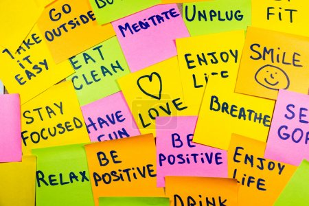 Photo pour Lentement vers le bas, relax se la couler, garder son calme, aime, méditer, aller à l'extérieur, profiter de la vie, être positif, s'amuser, débranchez, respirer et autres rappels de motivation lifestyle sur pense-bête coloré - image libre de droit