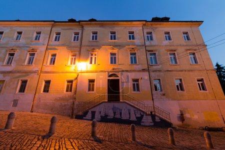 Photo pour Vue de la nuit d'une rue typique de l'architecture méditerranéenne. - image libre de droit