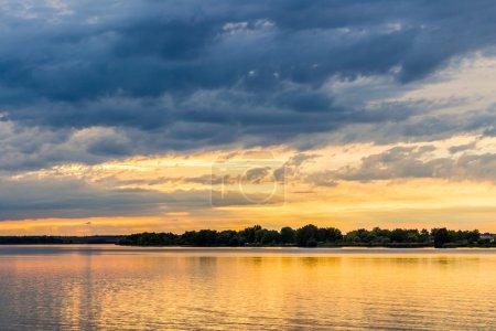 Photo pour Coucher de soleil avec ciel spectaculaire sur le lac Nove Mlyny, Mikulov, République tchèque - image libre de droit