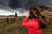 Dívka stojící proti větru