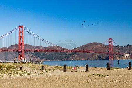 Photo pour Vue sur le Golden Gate Bridge depuis Crissy Field Park, San Francisco - image libre de droit