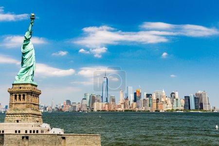 Photo pour Vue sur Downtown Manhattan et le drapeau Usa de Liberty Island, août 2015 - image libre de droit
