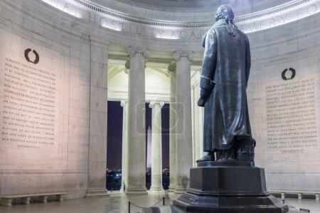 Photo pour Jefferson Memorial comme on le voit derrière notamment des extraits du projet de loi pour établir la liberté religieuse et de nombreuses autres sources. Au loin, le monument de Washington est visible et le contour de la maison blanche moyen peut être vu. - image libre de droit