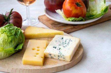 Photo pour Collection de fromages, fromage français fol epi avec de nombreux petits trous, etorki, tomme noire des pyrénées et ossau iraty cheeses close up - image libre de droit