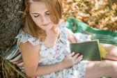 Mädchen im Park lesen