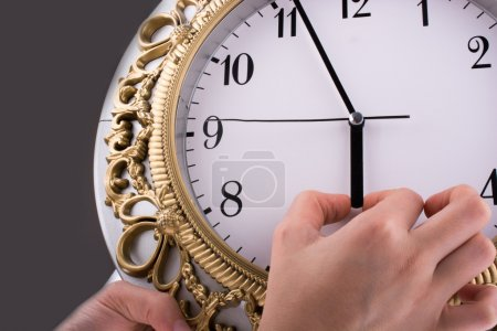 Photo pour Hands en contact avec l'horloge - image libre de droit