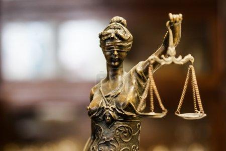 Photo pour Regard doré Statette de justice en bronze (mise au point sur le visage ) - image libre de droit