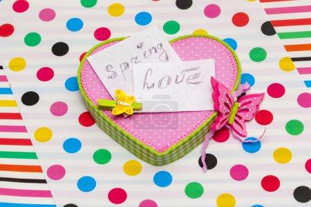 Photo pour Deux notes sur l'amour du printemps sont sur la boîte rose - image libre de droit