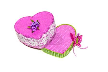 Photo pour Boîte rose en forme de coeur avec papillon et fleur dessus - image libre de droit