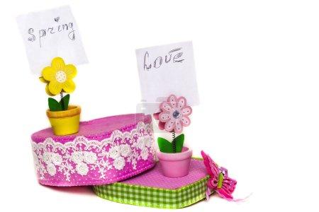 Photo pour Fleurs en bois jaune et rose avec des notes sont stanting sur boîte rose - image libre de droit