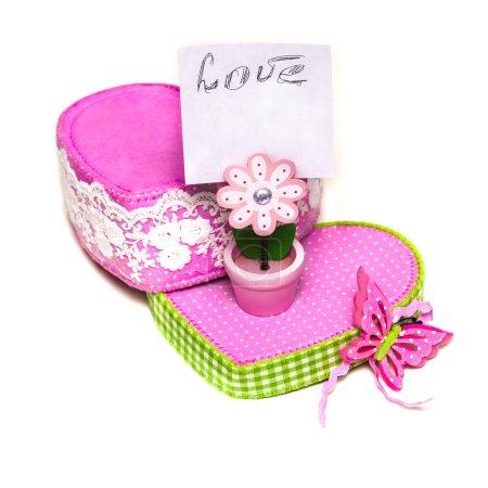 Photo pour Boîte rose avec fleur en bois dessus avec note - image libre de droit