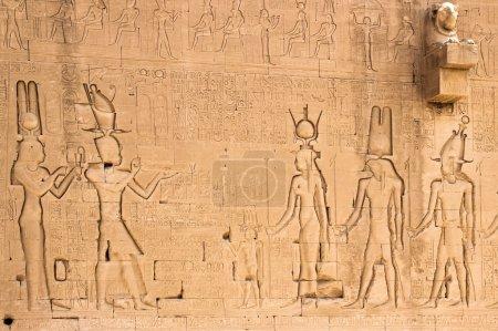 Photo pour Le mur sud de la temple d'Hathor à Dendérah avec tête de lion de trombes marines. Cléopâtre et son fils césarienne (sur le côté gauche) - image libre de droit