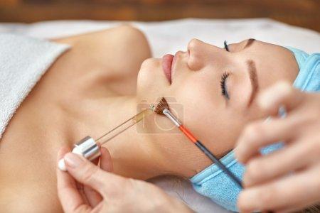 Photo pour Nettoyage du visage par ultrasons, peeling, dans un salon de beauté - image libre de droit